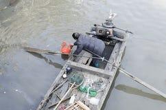 Limpie el río un par de basura Imagenes de archivo