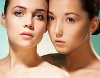 Limpie el retrato de la belleza de dos mujeres Foto de archivo libre de regalías