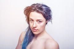 Limpie el retrato de una mujer de treinta años con el pelo sucio teñido en colores de la violeta y de la turquesa fotografía de archivo