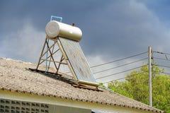 Limpie el sistema solar de la calefacción con la aspiradora por agua en la azotea de la casa Fotografía de archivo