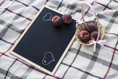 Limpie el tablero y las frutas de tiza Imágenes de archivo libres de regalías