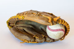 Limpie el tiro del béisbol en un guante Fotos de archivo