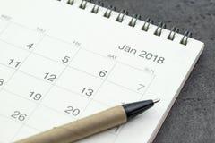 Limpie en enero de 2018 el calendario con la pluma en fondo negro usando como y Fotos de archivo libres de regalías