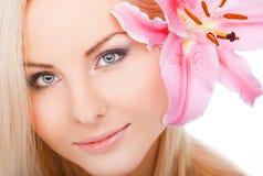 Limpie la cara de la mujer Imagenes de archivo