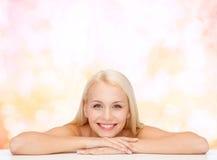 Limpie la cara y los hombros de la mujer joven hermosa imágenes de archivo libres de regalías