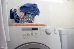 Limpie la cesta de lavadero sobre la lavadora fotos de archivo