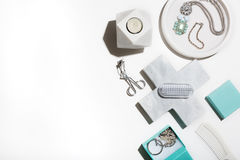 Limpie la endecha quebradiza del plano del blanco y de la aguamarina de los productos de belleza Fotos de archivo libres de regalías
