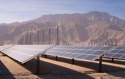 Limpie la energía solar de la energía de viento del desierto verde de las turbinas Imagen de archivo libre de regalías