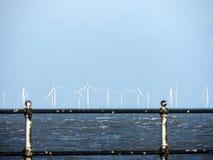 Limpie la energía sostenible - turbinas de viento en el mar Foto de archivo