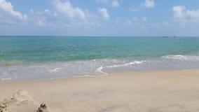Limpie la playa con el cielo azul y agua azul Fotografía de archivo