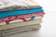 Limpie la ropa en un fondo blanco Foto de archivo