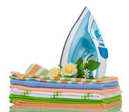 Limpie la ropa y el azul de hierro planchados en blanco Imágenes de archivo libres de regalías