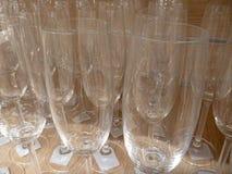 Limpie las copas de vino vacías elegantes Imagenes de archivo