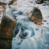 Limpie las corrientes abajo de una corriente hermosa La fotografía fue tomada en un Silver Spring, cerca del pueblo de Kurma, en  Fotografía de archivo libre de regalías