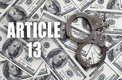 Limpie las esposas y los billetes de dólar con la inscripción del artículo 13 fotografía de archivo libre de regalías