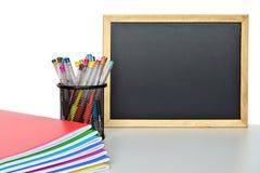 Limpie las fuentes de la pizarra y de escuela Fotos de archivo