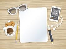 Limpie las hojas de papel en la mesa de madera Vista superior del papel, pluma, lápiz, smartphone que funciona con al jugador de  Foto de archivo libre de regalías