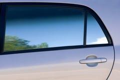 Limpie las líneas y las cortinas de una puerta y de una ventana de coche Imágenes de archivo libres de regalías