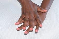 Limpie las manos femeninas contra un fondo blanco foto de archivo libre de regalías