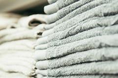Limpie las nuevas toallas una en otra imágenes de archivo libres de regalías