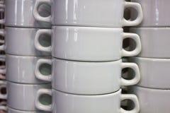 Limpie las placas y las tazas aisladas en blanco Foto de archivo libre de regalías