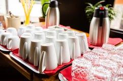 Limpie las tazas, las tazas y los vidrios en la tabla Foto de archivo