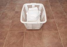 Limpie las toallas blancas en una cesta de lavadero Imagenes de archivo