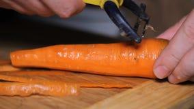 Limpie las zanahorias del cuchillo almacen de video