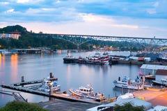 Limpie los barcos de la aplicación en el puerto deportivo en la unión del lago Fotos de archivo