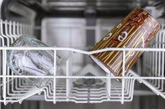 Limpie los platos en el lavaplatos Foto de archivo