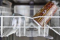 Limpie los platos en el lavaplatos Imagen de archivo