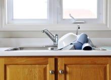 Limpie los platos en fregadero de cocina Imágenes de archivo libres de regalías