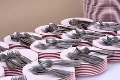 Limpie los platos, las bifurcaciones y las cucharas Imagen de archivo libre de regalías