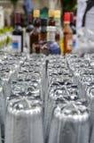 Limpie los vidrios de consumición mojados en la barra Fotos de archivo libres de regalías