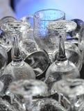 Limpie los vidrios de consumición mojados en la barra o el lavaplatos Foto de archivo libre de regalías