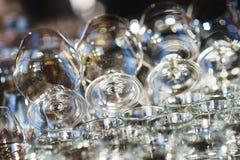 Limpie los vidrios para el coñac preparado por el camarero para las huéspedes del evento festivo Imagen de archivo libre de regalías