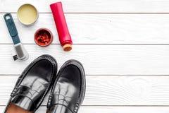 Limpie los zapatos Sistema de productos del cuidado del zapato Polaco, cepillos, cera Espacio blanco de la copia de la opinión su Foto de archivo