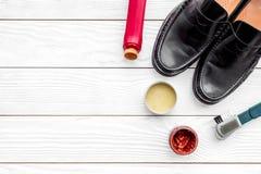 Limpie los zapatos Sistema de productos del cuidado del zapato Polaco, cepillos, cera Espacio blanco de la copia de la opinión su Imagen de archivo libre de regalías