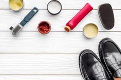 Limpie los zapatos Sistema de productos del cuidado del zapato Polaco, cepillos, cera, esponja Espacio blanco de la copia de la o Fotografía de archivo