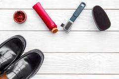 Limpie los zapatos Sistema de productos del cuidado del zapato Polaco, cepillos, esponja Espacio blanco de la copia de la opinión Fotos de archivo libres de regalías