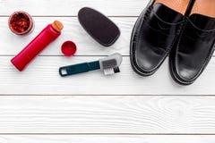 Limpie los zapatos Sistema de productos del cuidado del zapato Polaco, cepillos, esponja Espacio blanco de la copia de la opinión Imagen de archivo libre de regalías