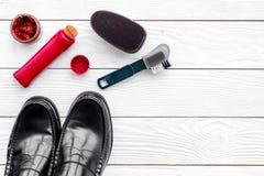 Limpie los zapatos Sistema de productos del cuidado del zapato Polaco, cepillos, esponja Espacio blanco de la copia de la opinión Imagenes de archivo