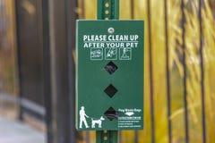 Limpie por favor después de su dispensador de los bolsos del perro casero fotos de archivo libres de regalías