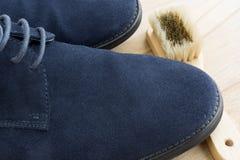 Limpieza azul de los zapatos Imágenes de archivo libres de regalías