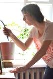 Limpieza bonita joven de la mujer un espejo del vintage fotografía de archivo
