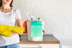 Limpieza casera profesional Una mujer joven limpia el apartamento Primer, trapos, esponjas y cubo, personal de las fuentes foto de archivo