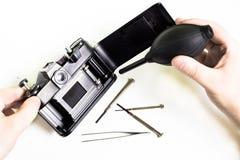 Limpieza de la cámara vieja usando bulbo del aire Fotos de archivo libres de regalías