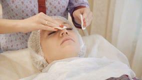 Limpieza de la cara en gabinete cosmético almacen de metraje de vídeo