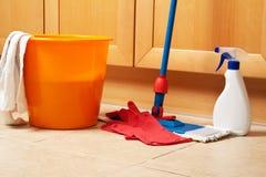 Limpieza de la casa con la fregona Imágenes de archivo libres de regalías