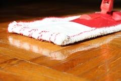 Limpieza de la casa con la fregona Foto de archivo libre de regalías
